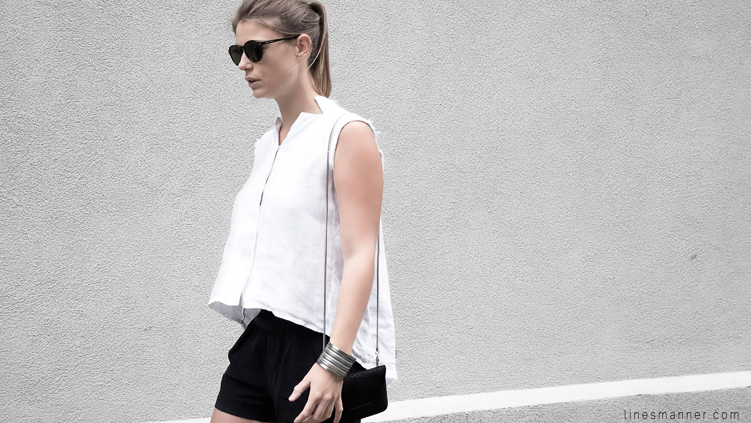 Lines-Manner-Black_and_white-Trend-Texture-Style-Timeless-Combo-Relaxed_Sophistication-Contemporary-Tendancies-Elegant-Balancing-Effortless-Minimalist-Fashion-Simplicity-Less_is_more-Details-5