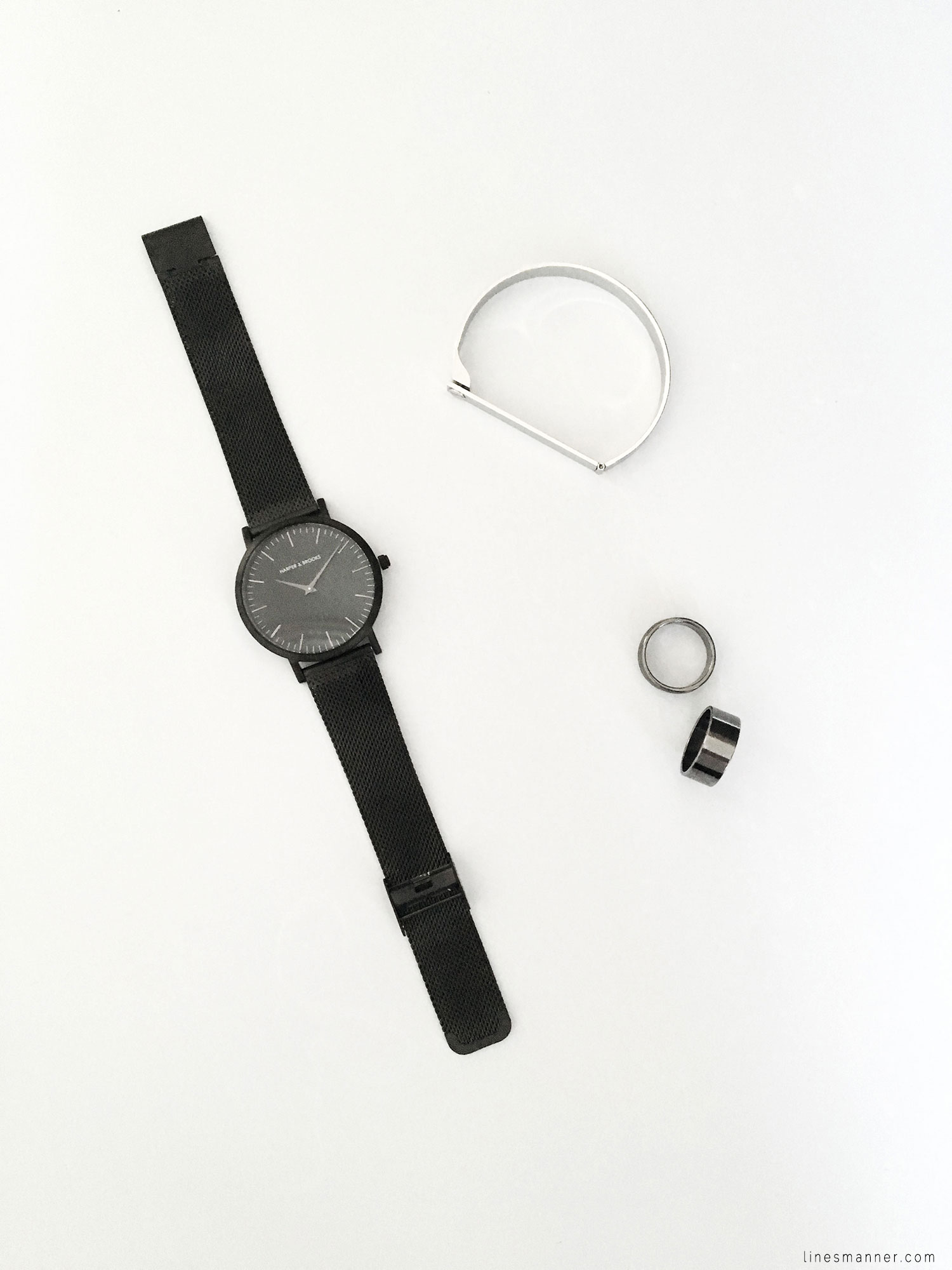 Lines-Manner-Flatlay-Monochrome-Essentials-Details-Jewellery-Hardware-Morning_routine-Black_and_white-White-Minimal-Impact-Classics-Timeless-Simplicity-5