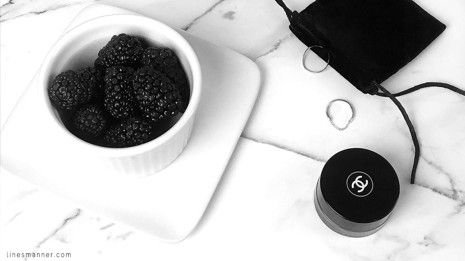Lines-Manner-Flatlay-Monochrome-Essentials-Details-Jewellery-Hardware-Morning_routine-Black_and_white-White-Minimal-Impact-Classics-Timeless-Simplicity-1