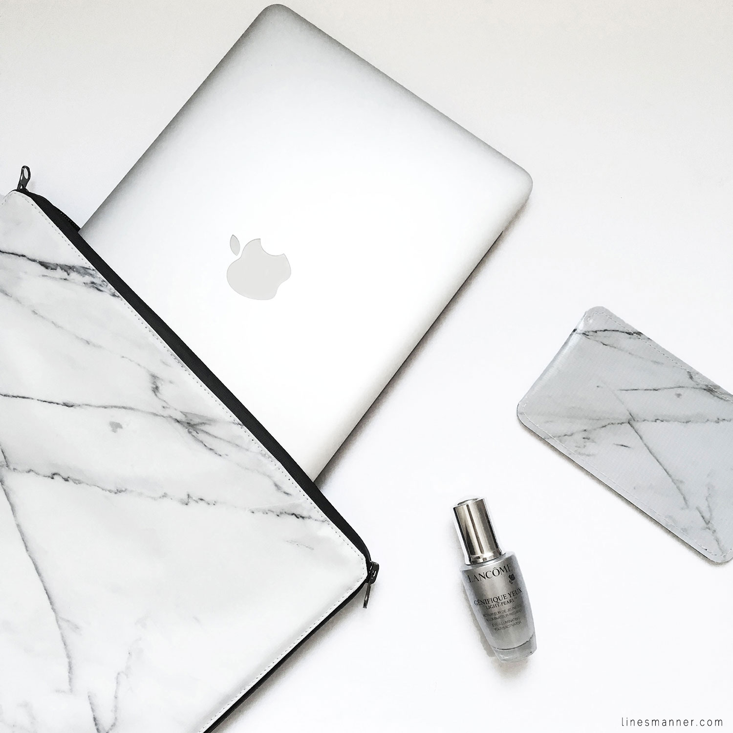 Lines-Manner-Flatlay-Monochrome-Essentials-Details-Jewellery-Hardware-Morning_routine-Black_and_white-White-Minimal-Impact-Classics-Timeless-Simplicity-8
