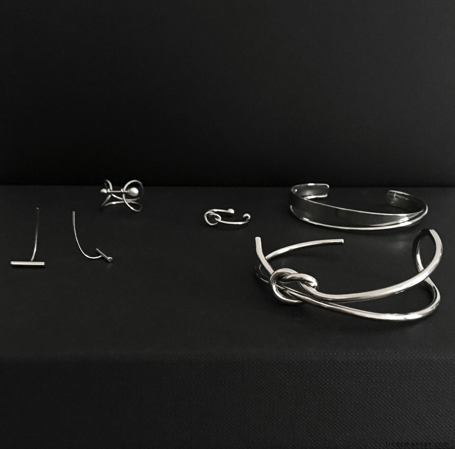 Lines-Manner-Flatlay-Monochrome-Essentials-Details-Jewellery-Hardware-Morning_routine-Black_and_white-White-Minimal-Impact-Classics-Timeless-Simplicity-2
