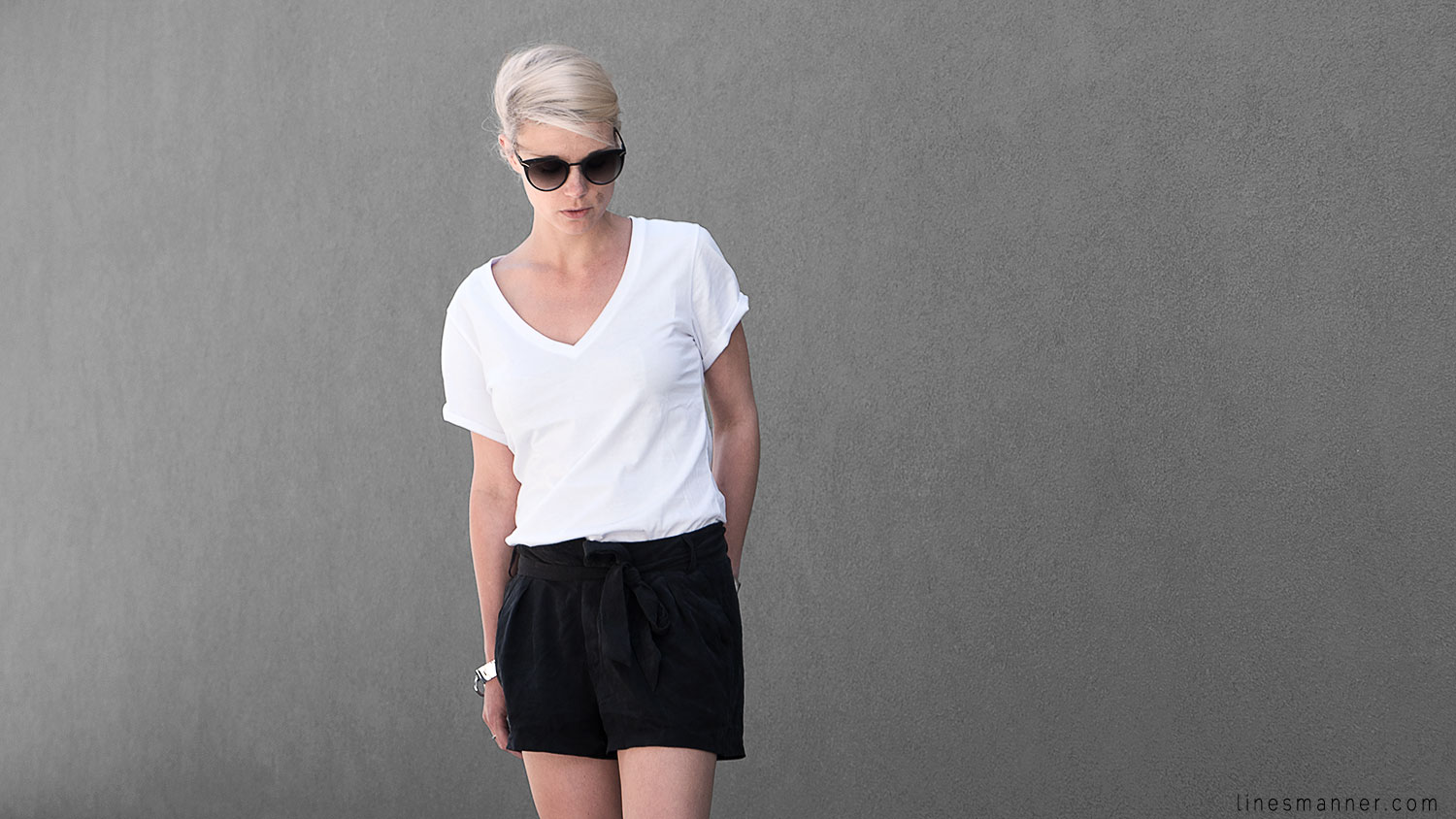 Lines-Manner-Minimal-Monochrome-Simplicity-Ethical-Organic-Fashion-Outfit-Details-Essentials-Black_and_White-Quality-Bon_Label-V_neck-Bright-7