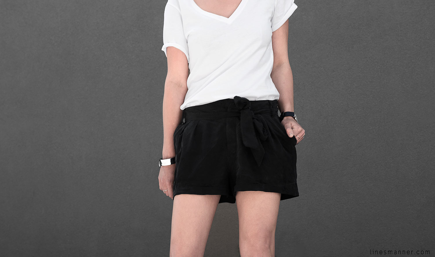 Lines-Manner-Minimal-Monochrome-Simplicity-Ethical-Organic-Fashion-Outfit-Details-Essentials-Black_and_White-Quality-Bon_Label-V_neck-Bright-3
