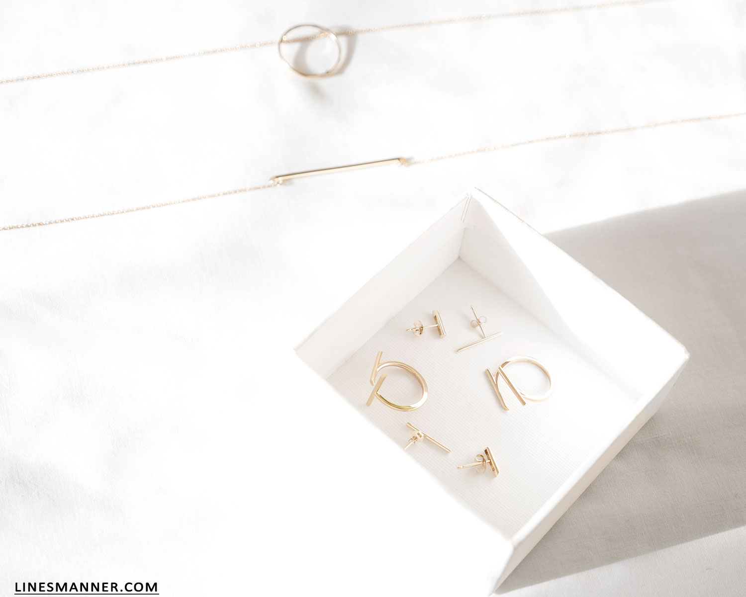 Lines-Manner-Bloglovin-Mejuri-Collaboration-Contest-Minimalism-Edge-NYC-Scandinavian-Pure_and_Simple-Essentials-Details-Gold-Vermeil-Jewelry-Rings-Earrings-White-Whiteout-Subtil-Linear-Geometric-11