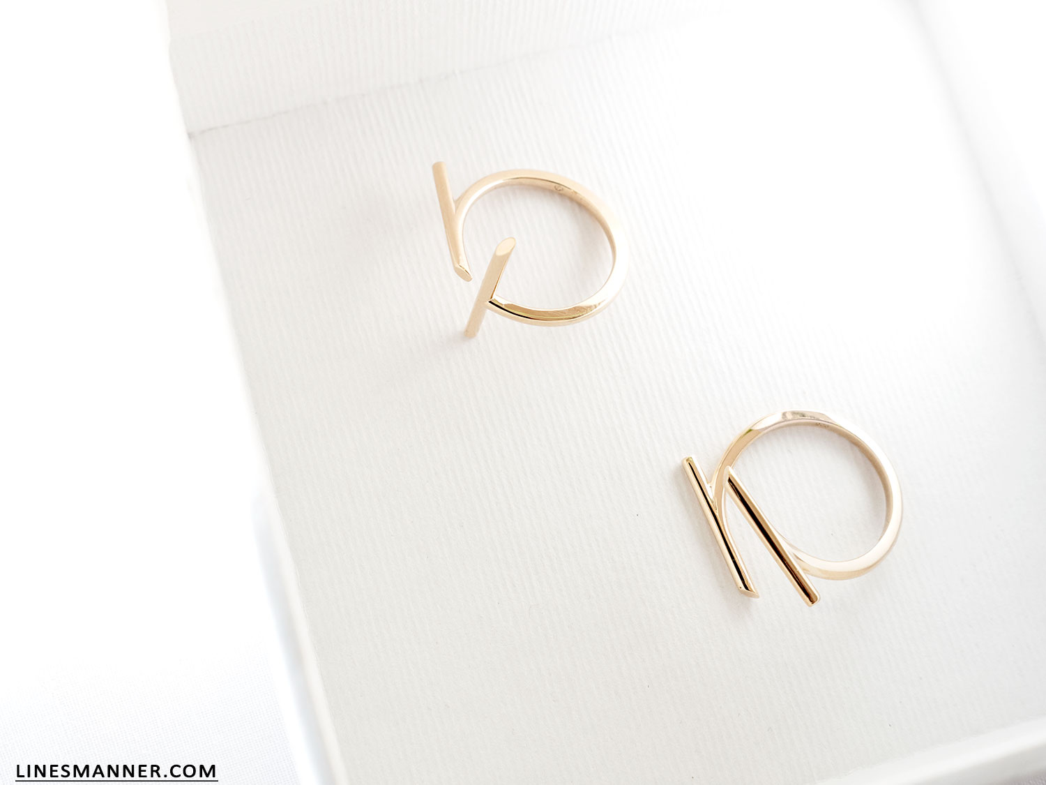 Lines-Manner-Bloglovin-Mejuri-Collaboration-Contest-Minimalism-Edge-NYC-Scandinavian-Pure_and_Simple-Essentials-Details-Gold-Vermeil-Jewelry-Rings-Earrings-White-Whiteout-Subtil-Linear-Geometric-8