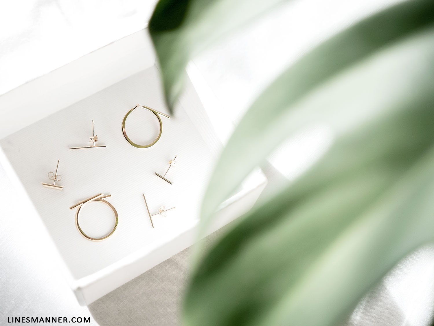 Lines-Manner-Bloglovin-Mejuri-Collaboration-Contest-Minimalism-Edge-NYC-Scandinavian-Pure_and_Simple-Essentials-Details-Gold-Vermeil-Jewelry-Rings-Earrings-White-Whiteout-Subtil-Linear-Geometric-9